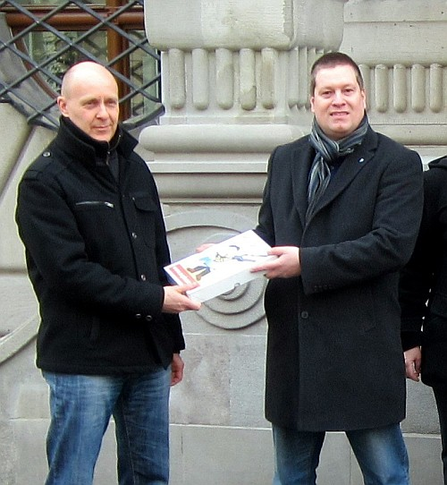 Peter With bei der Übergabe der Unterschriftenbogen des Referendums zum Voranschlag 2012 der Stadt Luzern